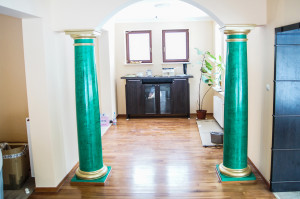 Zielony stiuk + złote filary